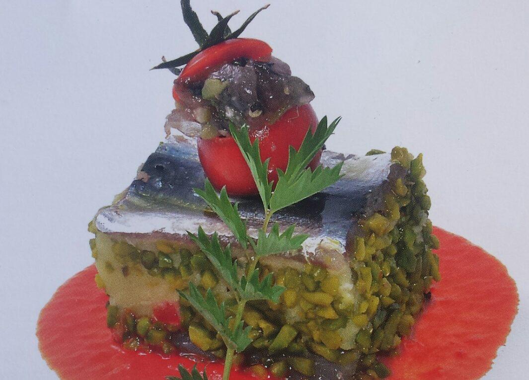 Il tortino di sardine con patate e pistacchi di Bronte su emulsione di peperone dolce e basilico