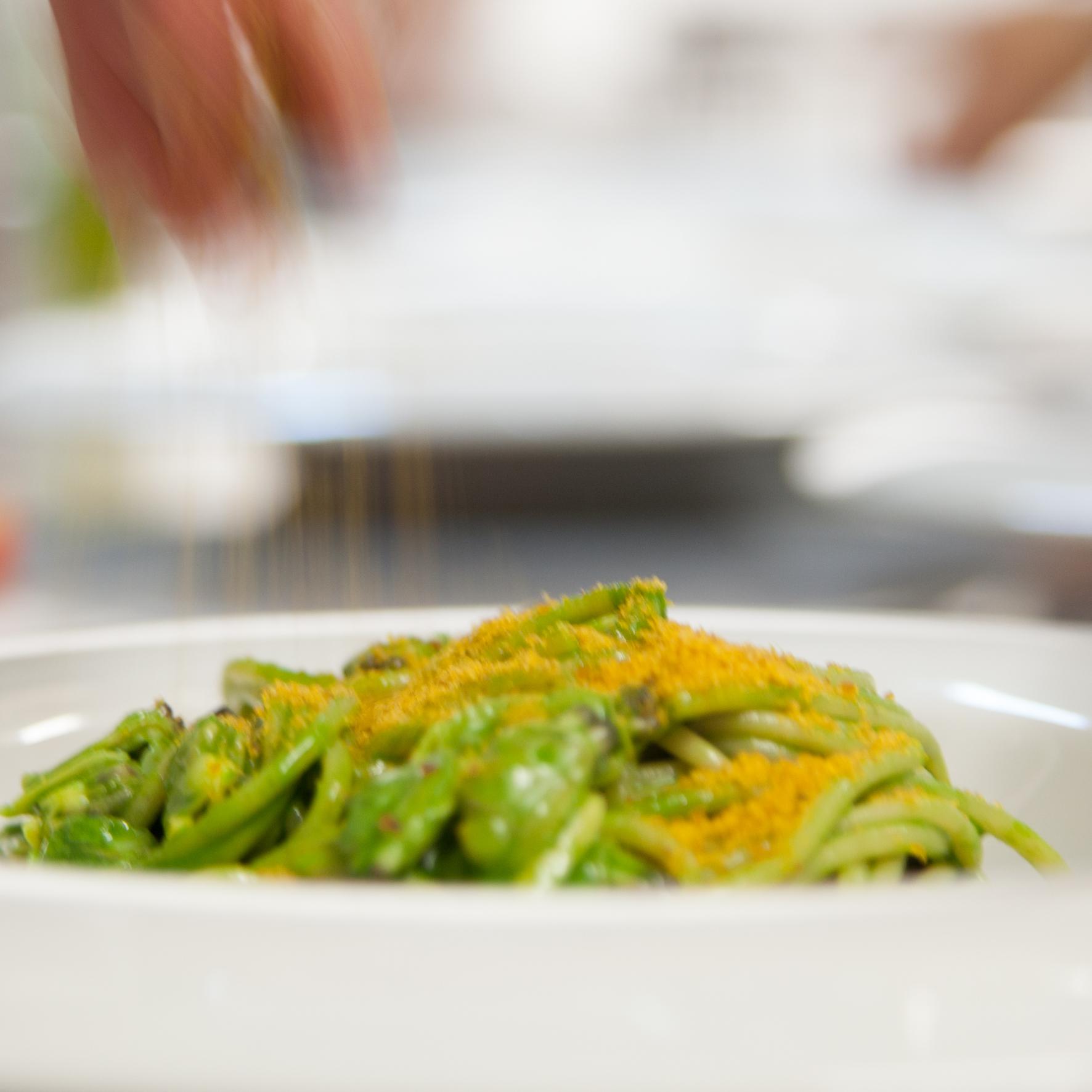 Spaghetti Turanici clorofilla di prezzemolo vongole e bottarga di muggine