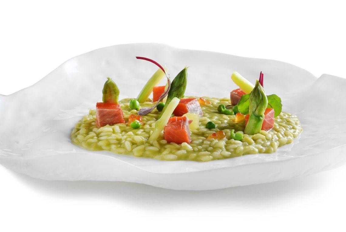 Green: Il risotto carnaroli selezione Acquerello mantecato alla robiola, pisellini , primizie verdi, kiwi e salmone  marinato  al pepe rosa