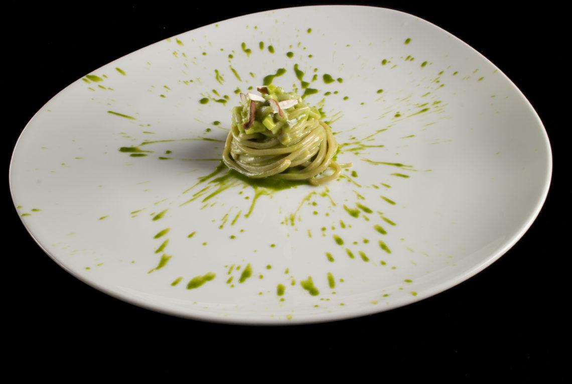 Pici di farina di Verna con pesto d'aglio orsino, tartufi di mare, mela verde e mandorle