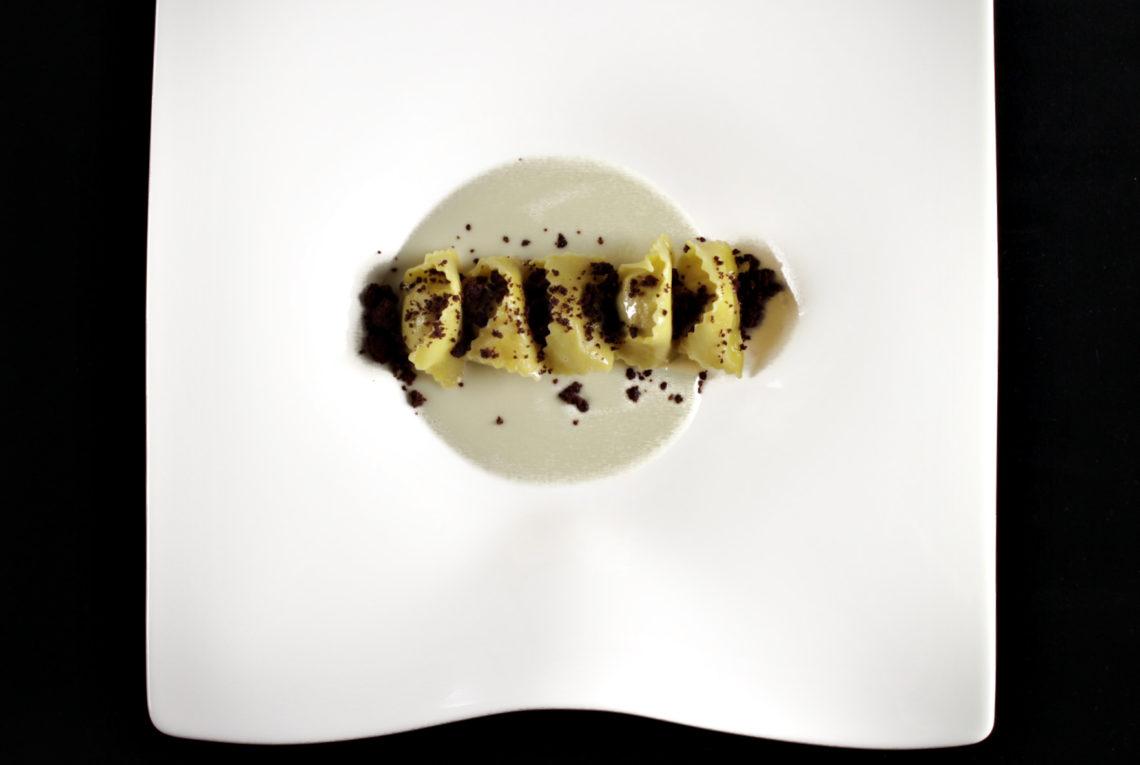 """Ravioli di agnello di Zeri, fonduta di Bruschino e crumble al cioccolato fondente """"La Molina"""""""