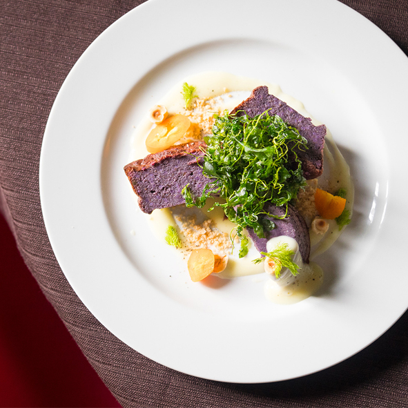 Sformatini di carote viola con crema di patate e rucola croccante